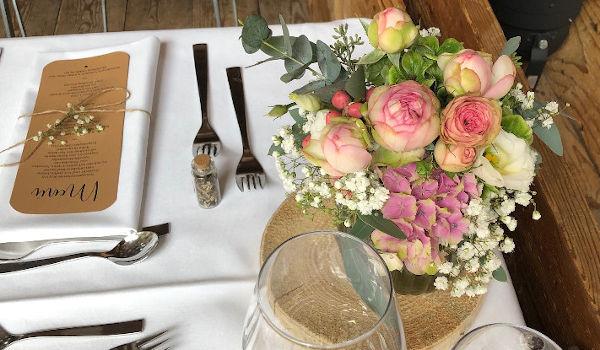 Individuelle Tischdeko aus unserer Hochzeitsfloristik